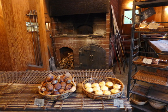 店内には大きな石窯があり、香ばしい香りが店内いっぱいに広がっています。食パンやスコーンなどシンプルなパンがメイン。遅い時間だと売り切れてしまうパンも多いそう。