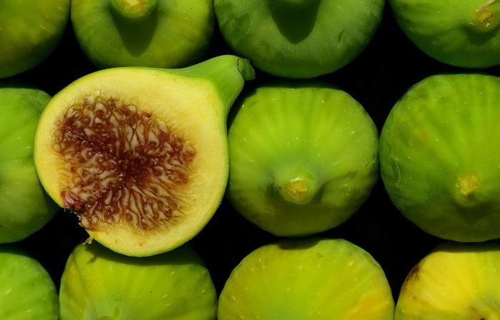 一般的に知られている黒いちじくは表面の皮が赤紫色ですが、白い品種のいちじくも存在しており、この画像のようにうっすらと黄緑色なのが特徴です。白いちじくは黒いちじくに比べ、水溶性食物繊維が豊富に含まれているため、便秘予防や腸内環境をよくする効果があると言われています。