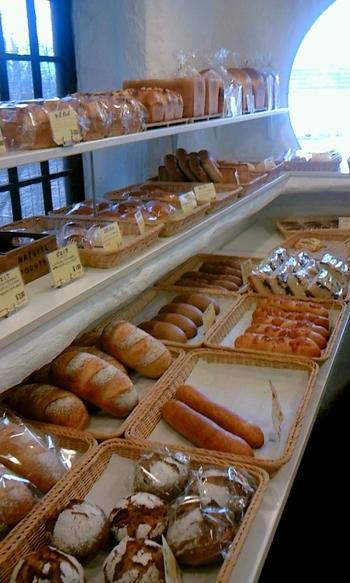 明るい店内には焼きたてパンがずらり。ぶどうから作る自家製酵母と全粒粉、くるみやレーズンがたっぷり入った「レイクベイク熟成 」やトマト生地のパンやスコーンなど、種類豊富でどれにしようか迷ってしまうほど。