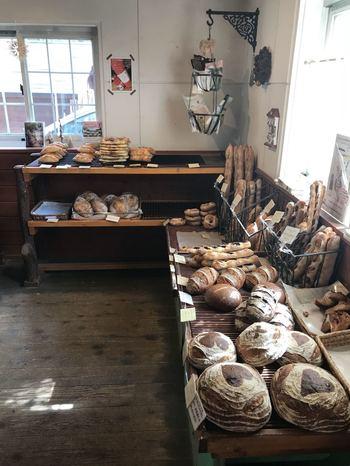 ドイツで修業を積んだオーナーが焼きあげるのは、ハード系のパンが中心。 シンプルな材料で粉の甘みを存分に感じられるパンを目指しているそうで、その味を求めて地元はもちろん遠方からも多くのファンが訪れます。