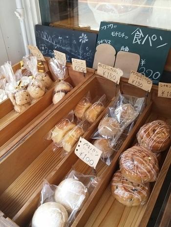 """""""毎日食べてほしい""""という想いから、素材の品質と安全性、そしてそこから生まれる豊かな食感と味わいにこだわったパンの数々。食べ歩きするのも良いですし、おうち用に買って帰るのもおすすめですよ。"""