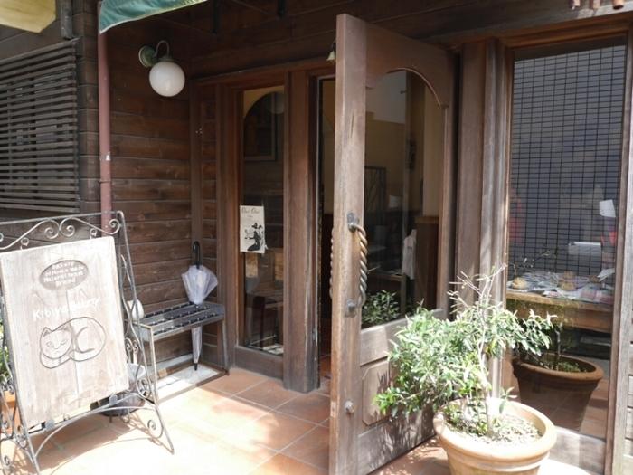 アンティーク風の外観が鎌倉の街並みにしっくりと馴染んでいます。ここの歴史は、1948年に創業した「TAKARAYA(タカラヤ)」というパン屋さんに始まり、その後天然酵母やパン工房を引き継ぎ、2004年にオープンしました。