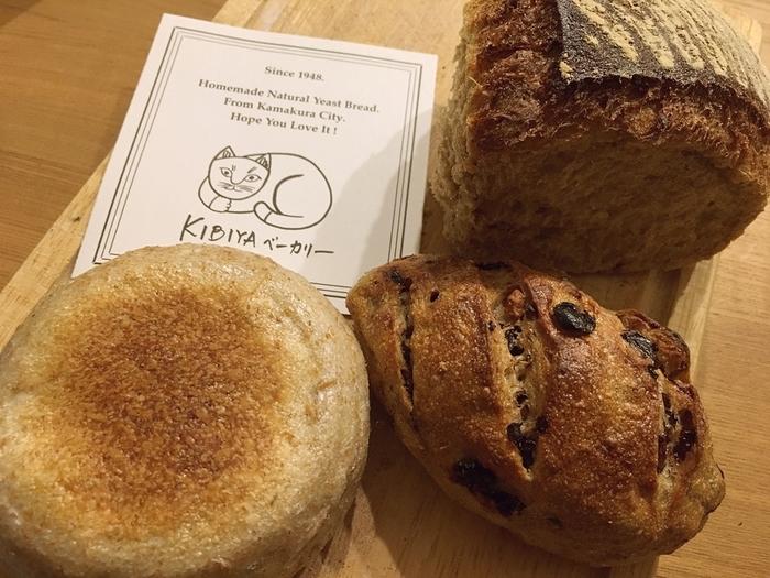 2階では買ったパンをいただくこともできます。鎌倉を訪れたら必ず寄るというリピーターも多いずっしりパン。ぜひ味わってみてください。