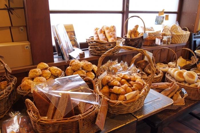 店内には約20種類のパンが並んでいます。噛めば噛むほど素材本来の旨味を感じられると評判。