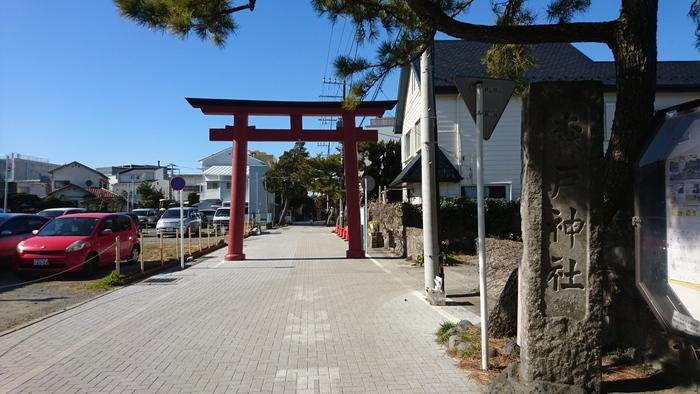 源頼朝が1180年に創建した「森戸神社」は、海沿いにある眺めの良い神社。恋愛成就や良縁のご利益があるとされているので、女子旅で訪れたいスポットのひとつですよね。