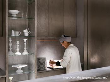 """オーナーは、パティシエール岩柳麻子さん。岩柳さんは「patisserie de bon coeur(パティスリィ ドゥ・ボン・クーフゥ)」という人気店を手がけたことでも有名です。""""もっと自分で一つ一つケーキを作ったり、お店に出てお客様と向き合いたい""""という想いから、自らの名前を冠したお店をオープンさせました。"""