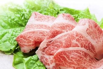 他の食材でボリュームUPすれば、お肉をたくさん使う必要はありません。その分、いつもよりちょっと上等なお肉を選ぶこともできますよ。美味しいお肉なら、少しの量でもおかずに旨みが加わります。それではここからは、オススメのボリューム食材とそのレシピをご紹介していきましょう!