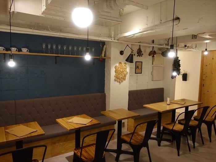 夜カフェならではの落ち着いた雰囲気の店内。金・土・祝前日は深夜2時まで営業しているので、お酒を飲んだあとの「シメパフェ」にも良いですね。