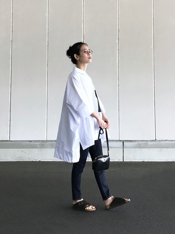 独特のデザインがおしゃれな「チューリッヒ」は、シンプルな着こなしのアクセントにぴったりのアイテムです。こちらはビッグシャツ×スキニーデニムに、チューリッヒを合わせた今年らしい装い。バッグやアクセサリーなど上品な小物使いも、ぜひお手本にしたいコーディネートです。