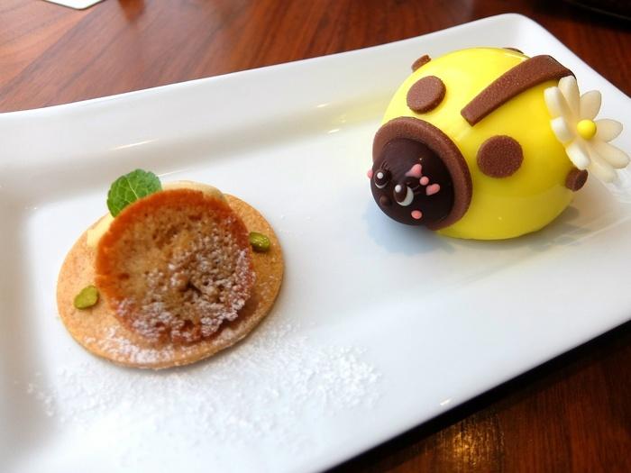 スプーンを入れるのがもったいないほど可愛いらしいデザインのアントルメグラッセ。こちらの「マドモアゼル」は、クリームチーズアイスとマスカルポーネチーズのシャーベット、アクセントにベリーのジュレを添えています。アントルメグラッセは生ケーキよりも重量感があり、小さくても食べ応え十分。