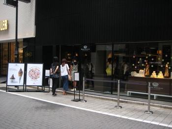 ベルギー王室御用達のショコラティエ「PIERRE MARCOLINI(ピエール・マルコリーニ)」の銀座店は、地下鉄の銀座駅B3出口からすぐ。黒い壁とガラスのシックでスタイリッシュな外観は、大人の街、銀座に相応しい雰囲気です。