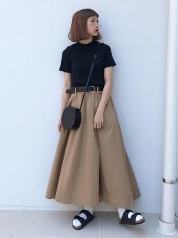 こちらのコーディネートは、黒×ベージュの大人っぽい配色がおしゃれな雰囲気です。サンダルと白ソックスのバランスも絶妙ですね。素足で履いたり、ソックスを組み合わせたり。シーンに合わせて自由にコーディネートできるのも、アリゾナの魅力のひとつ。