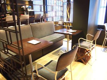 こちらは、2階のカフェスペース。世界のマルコリーニショップの中でもカフェが併設されているのは日本だけ。ブラウンを基調にした落ち着いた空間で、上質な時間を堪能しましょう。