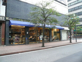 東京メトロの銀座駅、新橋駅を出てそれぞれ徒歩5分ほどの並木通りにある「Lindt Chocolat Cafe Ginza(リンツ ショコラ カフェ)」。銀座店は「リンツ」のアジアで初の直営店なんです。大きなガラス張りのお店は開放感があります。