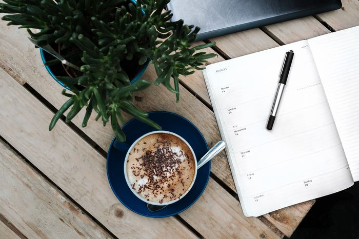 夢や目標の実現へと導く、セルフプロデュースノート術をご紹介しました。文字に落とし込むことで頭の中は整理され、自分の考えややるべきことを客観視でき、仕事やプライベートのパフォーマンスが向上します。いちどしかない自分の人生を輝かせるためにも、セルフプロデュースノート術をお試しくださいね♪