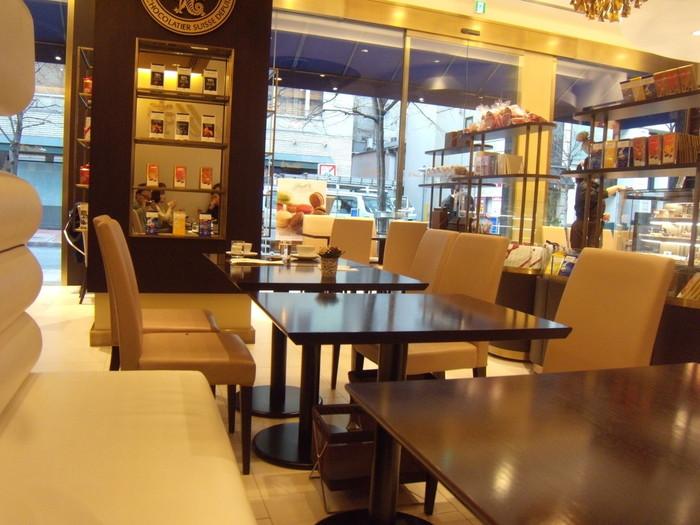 ブラウンと白を基調としたモダンな雰囲気のカフェスペース。海外のカフェにいるような気分になれそうな、洗練された空間です。