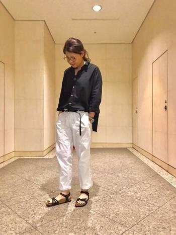 蝶をモチーフにした細身のストラップが特徴の「バリ」。独特の美しいカッティングが、女性らしい足元を演出してくれます。ワンピースやスカートはもちろんのこと、デニムやパンツとも相性抜群。白×黒のモノトーンコーデや、メンズライクな装いなど、クールな雰囲気のコーディネートにもぜひおすすめです。