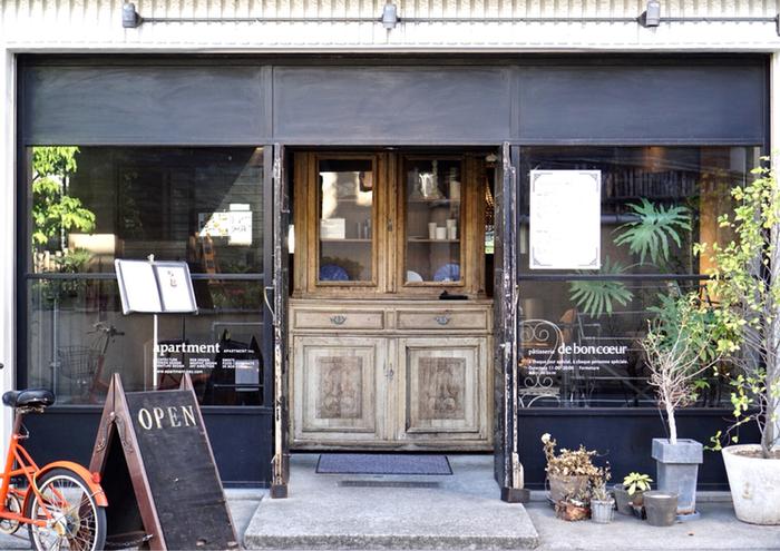 東急目黒線の武蔵小山駅から歩いて5分ほどの住宅街にあるアンティーク風の外観がステキな「patisserie de bon coeur(パティスリィ ドゥ・ボン・クーフゥ)」。こちらは、先ほどご紹介した「PÂTISSERIE ASAKO IWAYANAGI(パティスリ アサコ イワヤナギ)」の岩柳麻子さんが手掛けたお店です。センスが光るカフェで極上のパフェがいただけます。