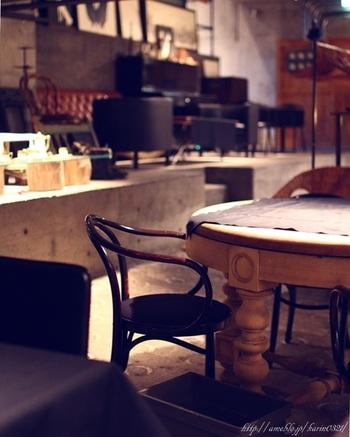 カフェスペースは階段の先の地下にあります。外観同様、カフェスペースもアンティーク調の家具や小物がセンスよくディスプレイされています。