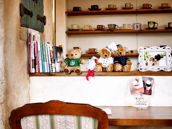 ナチュラルで可愛らしいカントリー風の店内。カウンターには、オーナーご夫妻が長年かけて集めた日本各地の陶器のカップがずらり。オーナーのコーヒーマイスターが、自家焙煎のスペシャルティコーヒーをハンドドリップで丁寧に淹れてくれます。
