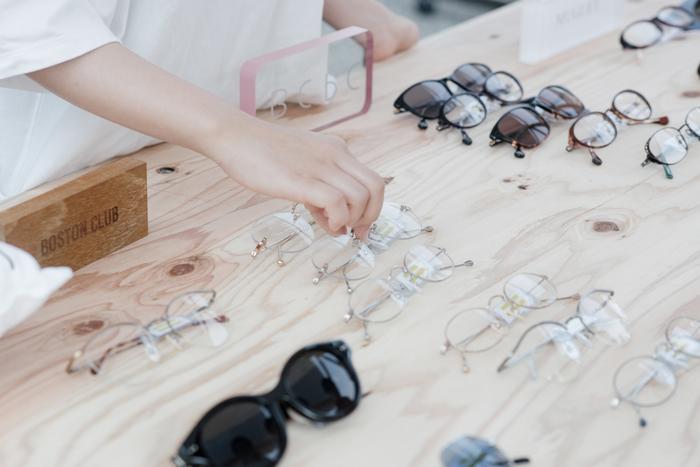 めがねの産地として知られている鯖江市。 福井県では、国産めがねフレームの9割以上を生産しています。 100年以上の歴史を持ち、伝統の技を受け継いだ職人の手によってつくられる鯖江のめがねは、信頼された技術の証。最近では「MADE IN SABAE」の文字が書かれたお店も増えてきたような気がします。  もしかすると、あなたの持っている眼鏡のフレームも、鯖江で作られたものかもしれません。