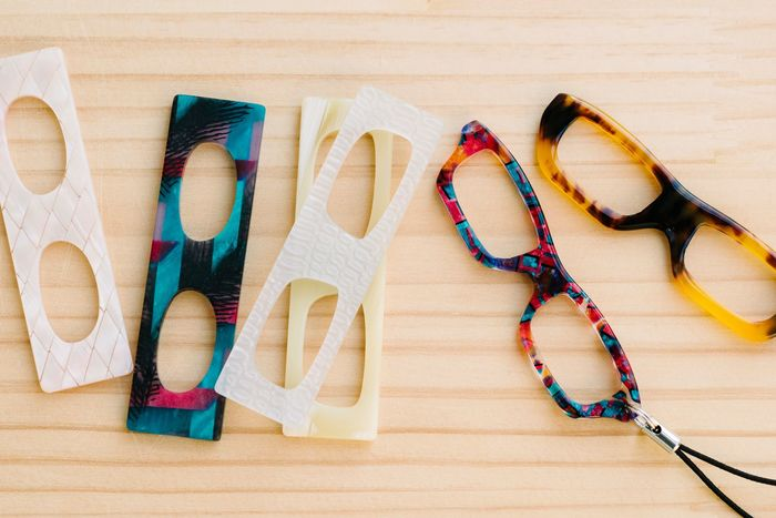 また、眼鏡のフレームに使われているアセテートという素材を使って、ストラップ作りを体験することもできます。