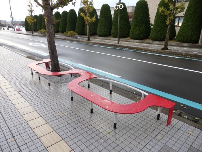 ユニークな形のこちらのベンチ。よく見るとめがねの形をしています。「ちょっとめがねに座って休憩…♪」写真栄えもしそうですね。