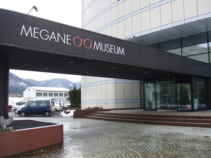 常に進化し続けてきた鯖江の眼鏡づくり。その歴史や技術について学べる「めがねミュージアム」は、JR鯖江駅から徒歩10分のところにあります。建物の上の方には、大きなめがねモチーフがあるので、それを目印に向かってくださいね。