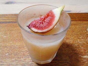 いちじくとレモン汁の爽やかなゼリーです。ミキサーにかけて寒天で冷やし固めるだけなので、とっても簡単ですよ。