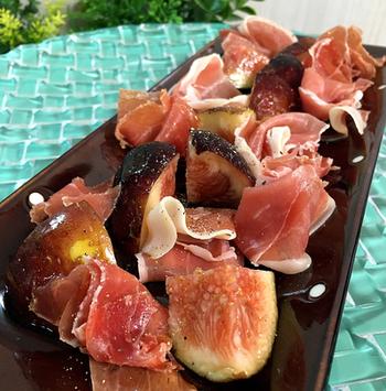 いちじくをカットして生ハムを乗せて、ブラックペッパーとオリーブオイルをかけるだけで完成!パーティーでオードブルのひとつとして振る舞ったり、ディナーの前菜やおつまみとしてもおすすめです。