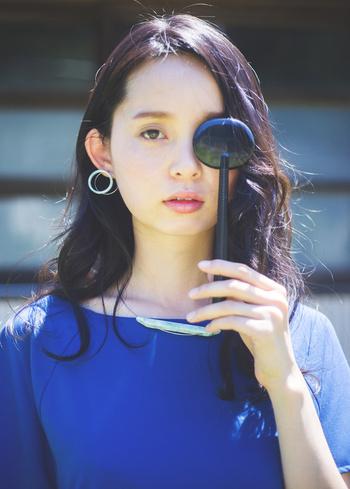 """""""眼鏡のように毎日身に付けたくなる""""ことをコンセプトに制作されたアクセサリーブランド「Sur(サー)」。 眼鏡のフレームに使われるセルロースアセテートという素材の端材を活用して作られています。肌になじむ透明感とシンプルなデザインが魅力的なアクセサリーです。"""