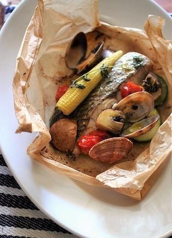 「Cartoccio(カルトッチョ)」は、魚介などさまざまな具材を紙(ベーキングシート)に包んでグリルするイタリア料理。  包み焼きにされた鯛とあさり、ズッキーニやなす、ベビーコーンの風味が混然一体となって…包みを開けた時に広がるいいにおいも楽しみの一つです。