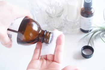 1.500円玉大ほどでコットンが透ける量の化粧水をコットンに染み込ませます。 2.次に顔の中心から外側に向かって優しくパッティングします。 3.目の周り→額→鼻筋→口周り→フェイスラインの順に化粧水をつけます。 4.最後に手を使い顔全体を包み込むように化粧水をなじませます。