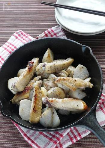 手羽中と里芋の表面に焦げ目をつけたあと、弱火でじっくりと加熱します。スキレットで蒸し焼きすることで、外はカリッと、中はホクホクの里芋ができあがり♪手羽中を塩こうじに漬け込めば、柔らかくてジューシーな仕上がりになります。素朴で優しい味わいなので、一度チャレンジしてみたいおすすめのレシピです。