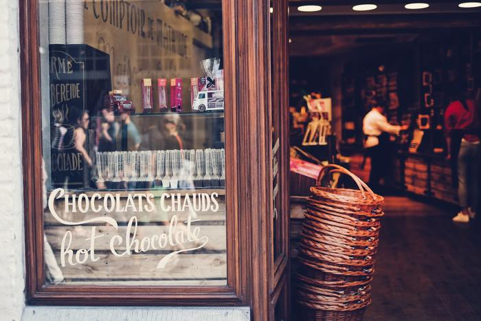2000年公開の「ショコラ」はジョアン・ハリス原作の映画化。魅惑のチョコレート店主・ヴィアンヌとジプシーのルーが出会い、恋に落ちるラブファンタジーです。チョコレートのように甘~い大人の恋にうっとり♪