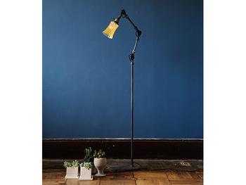 ガラス製のシェードを使ったフロアランプ。ガラスには、1960年代にアメリカで流行していたカッティングが施されているそう。  細かなカッティングにより、きらきらと表情のある明かりがお部屋に広がります。