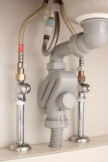 梅雨時期になるととくに感じやすくなる排水口からの臭い。思い切って排水口を外し洗ってみましょう。 ※外すときは水道管の元栓を閉めてください。