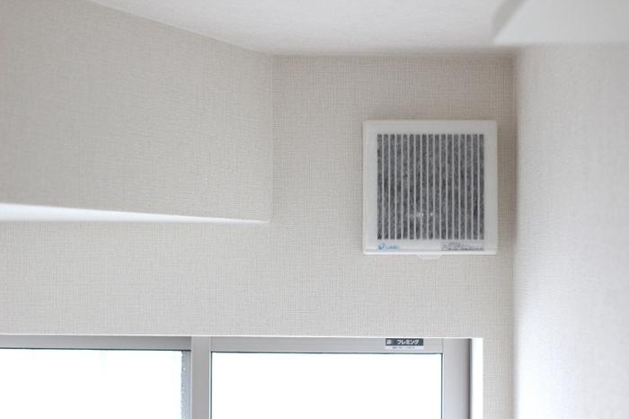換気しにくい梅雨時期は換気扇もフル稼働。換気扇はお手入れ後専用フィルターをセットして、こまめに取り替えたいですね。
