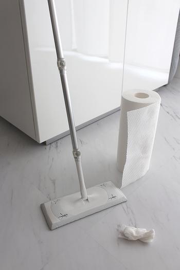 キッチン周りからトイレまで、家中こまめに掛けたいワイパーにも、使い捨てペーパーが楽。水で絞って繰り返し使用できるペーパーなら床拭きも本格的に。