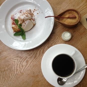 cafe kaeruでは、北鎌倉の石かわ珈琲のブレンドをいただくことができます。深い味わいのブレンドに合わせて、甘さ控えめのりんごのコンポートが乗ったアップルパイを頂く優雅な時間。贅沢です。