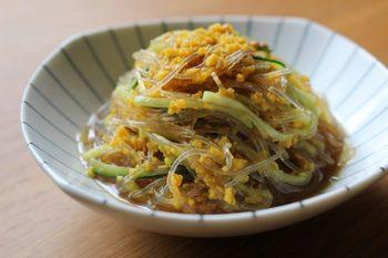 さっぱり春雨サラダに炒り卵を加えて、彩り鮮やかな一品に。はちみつでまろやかに、レモンで酸味をプラスしたレシピです。