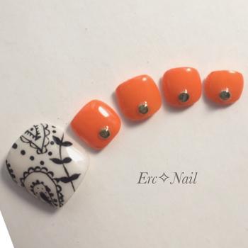 ペイズリー柄とオレンジのエスニックな組み合わせ。根元に石を組み合わせて個性もプラス。水着にも似合うカラーコーディネートです。