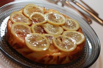 生地にもトッピングにもレモンをふんだんに使ったチーズケーキ。ヨーグルトのコクと酸味も感じられて爽やかな味わいです。スイーツなら、レモンのすっぱさもまろやかになります。