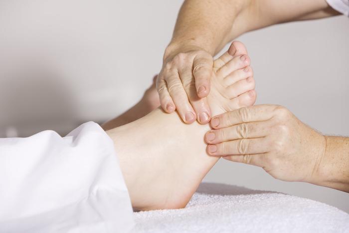 セルフネイルの際には、しっかり足裏やかかとを保湿し、足の爪の裏までブラシで洗ってから塗り始めることをお勧めします。また甘皮の処理や、爪周りにエッセンスオイルを垂らしマッサージしてあげることでネイルの持ちが良くなり足先を乾燥から防ぐこともできます。
