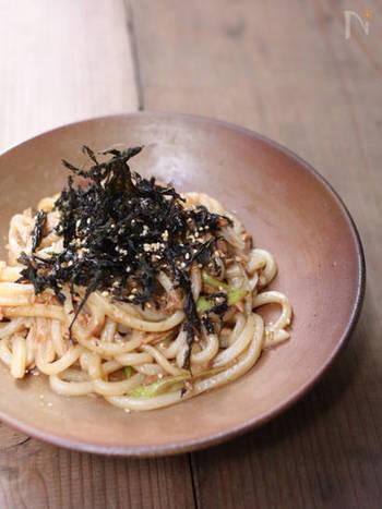 焼きうどんもポン酢で作ればさっぱり味に。簡単に作れるので、お昼ご飯や飲んだ後のシメにおすすめですよ。