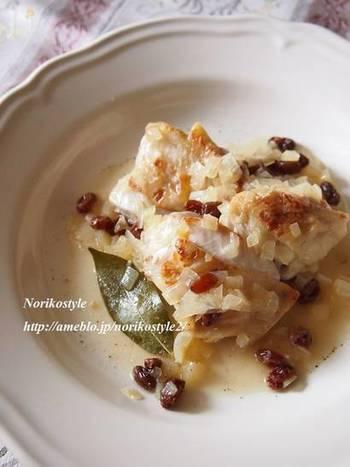 鶏肉を白ワインビネガーで煮込みます。ビネガーの酸味にレーズンの甘みが加わって、夏バテした体に美味しいレシピです。