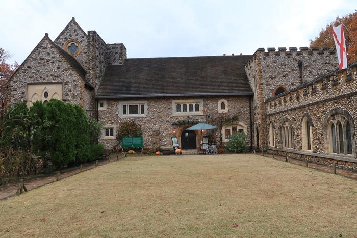 まるで中世のお屋敷のような外観のステンドグラス美術館。お姫様気分で散策できそう。