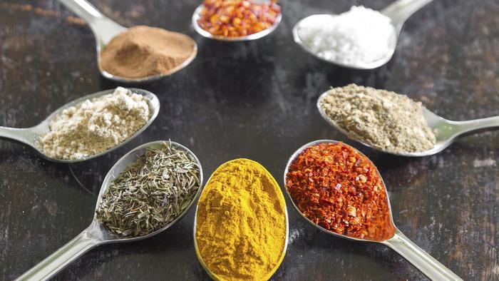 カレー粉にその他のスパイスを加えてアレンジしたり、スパイスだけで作ったりする方法もあります。スパイスは、クローブ、ガラムマサラ、クミン、シナモン、コリアンダーなどなど。慣れてきたらお好みのスパイスを使って本格派の味付けにも挑戦してみましょう。