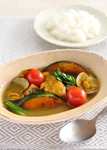 スープカレーにはお肉だけでなく、魚介の具を入れてもGOOD♪お肉と魚介をお好みで使い分けてアレンジを楽しみましょう。こちらはアサリとタラの組み合わせ。丸ごと入ったプチトマトもかわいいです♪