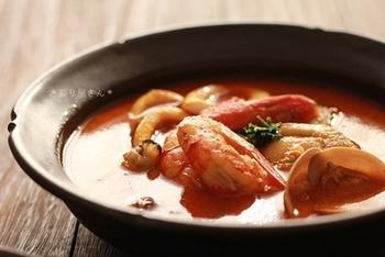 シーフードカレーが好きな方には、こちらのレシピもおすすめです。エビ、ホタテ、アサリ、イカなどの定番のシーフードがそろった贅沢スープカレー♪それぞれの素材の旨みが沁み出しておいしいスープに仕上がります。